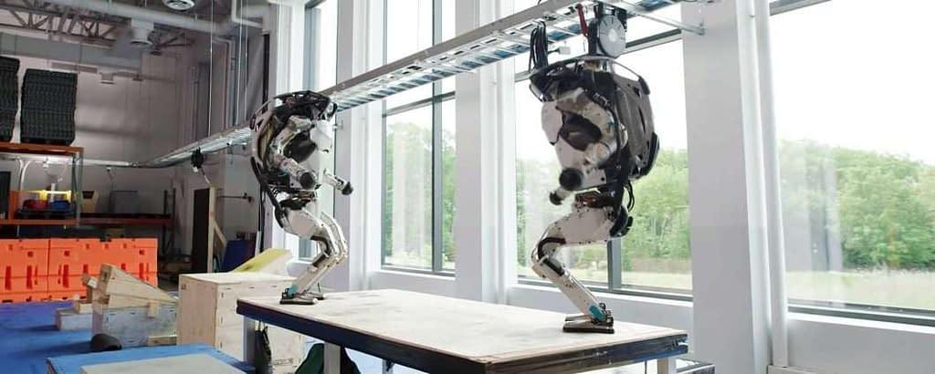 I robot Atlas di Boston Dynamics che fanno parkour
